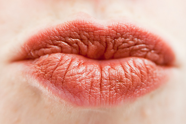 How do you treat a cold sore on your lip overnight